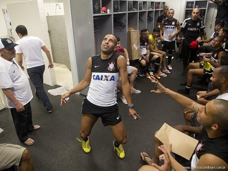 Jogadores corintianos se preparam para dançar o Harlem Shake, e Emerson dança sozinho no vestiário