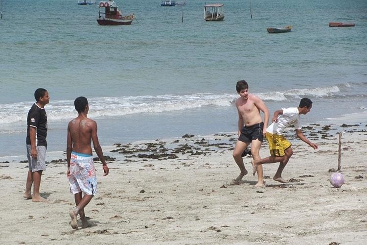 Meninos jogam futebol nas areias da praia de Paripueira, em Alagoas