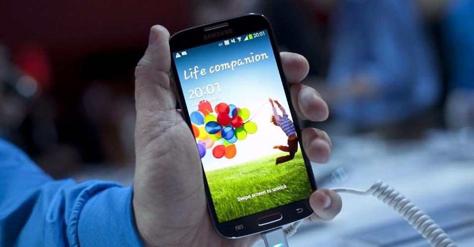 O Galaxy S4 vem com o S Translate, recurso que consegue traduzir frases ditas pelos usuários em nove línguas: francês, alemão, inglês (americano e britânico), italiano, chinês, japonês, coreano e, a grande novidade, em português (brasileiro). Não é preciso estar conectado à internet para usar o recurso