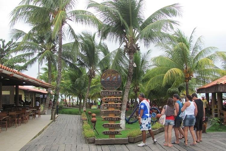 O restaurante Mar & Cia está localizado ao lado direita da praia e é uma das atrações do local