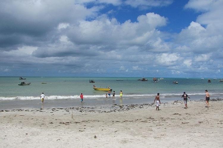 Paripueira está situada a 27 km ao norte de Maceió, capital de Alagoas