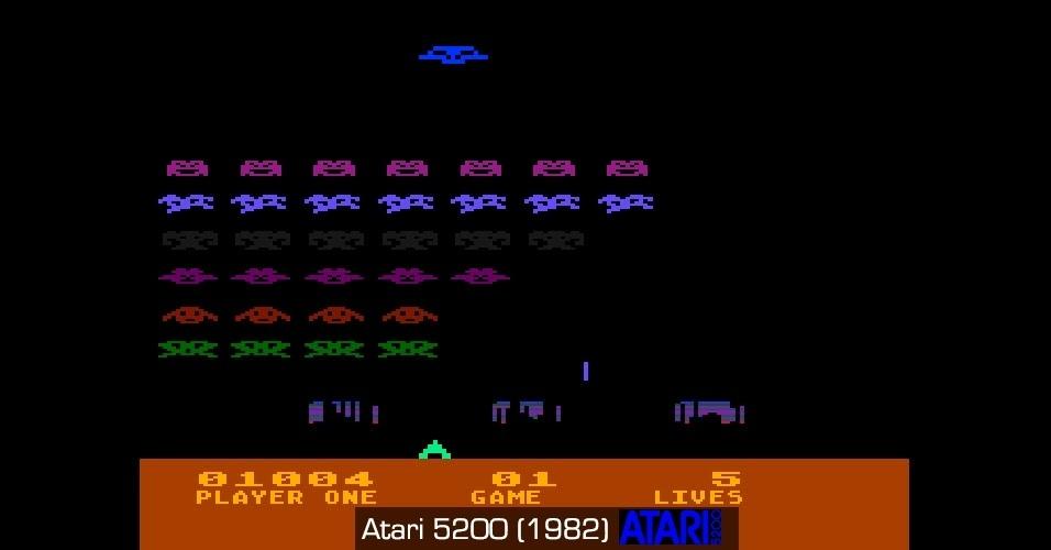 """Popular nos fliperamas, """"Space Invaders"""" ganhou uma versão colorida no 5200."""