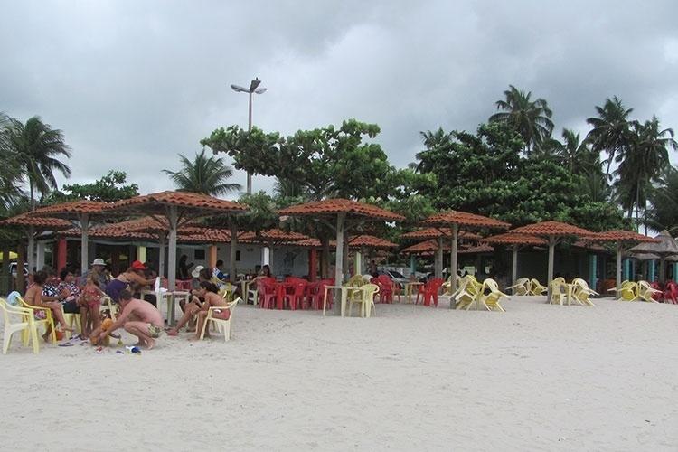 Quiosques localizados do lado esquerdo da praia oferecem pratos e petiscos de frutos do mar