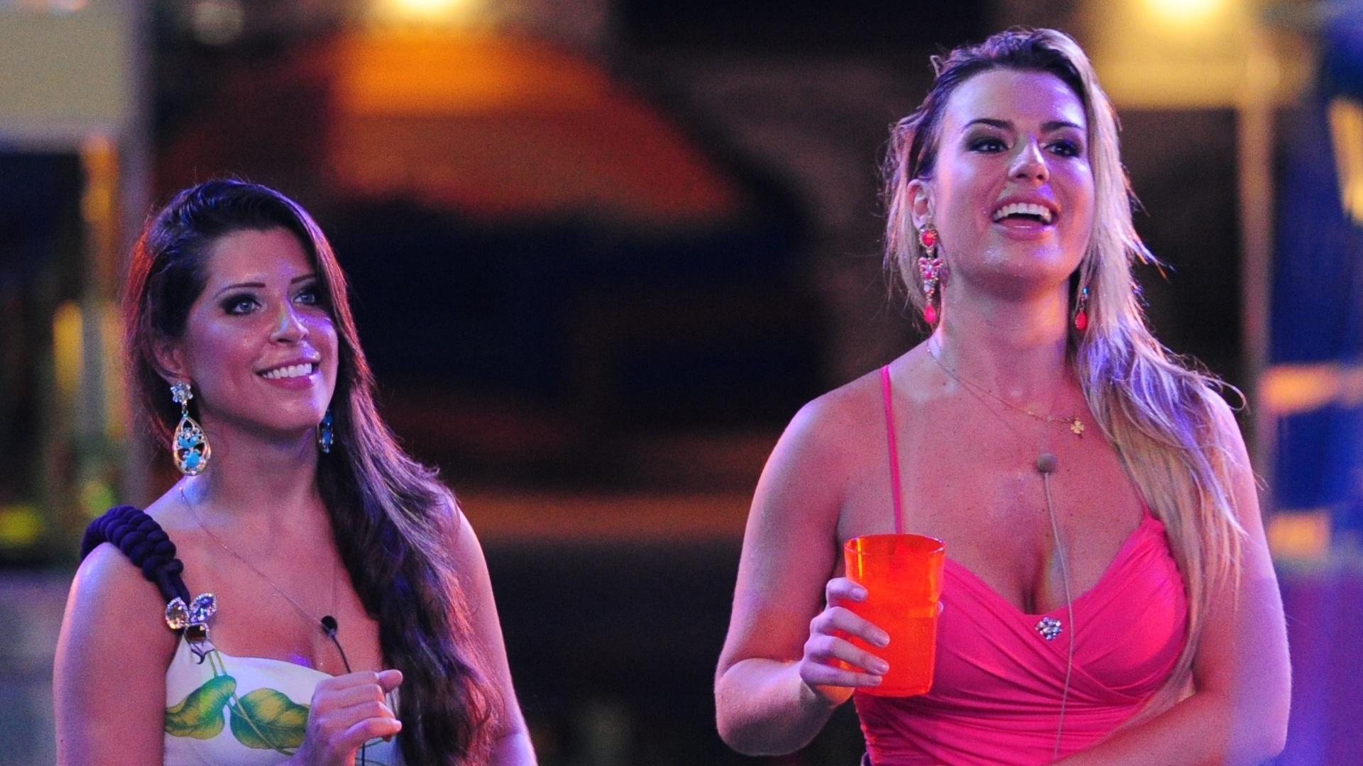 13.mar.2013 - Andressa e Fernanda assistem ao show da banda Sorriso Maroto na festa Malandra