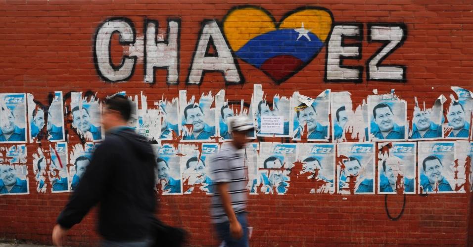 13.mar.2013 - Moradores de Caracas, na Venezuela, passam em frente a um mural pintando em homenagem a Hugo Chávez, que morreu aos 58 anos, no último dia 5 de março, vítima de um câncer na região pélvica