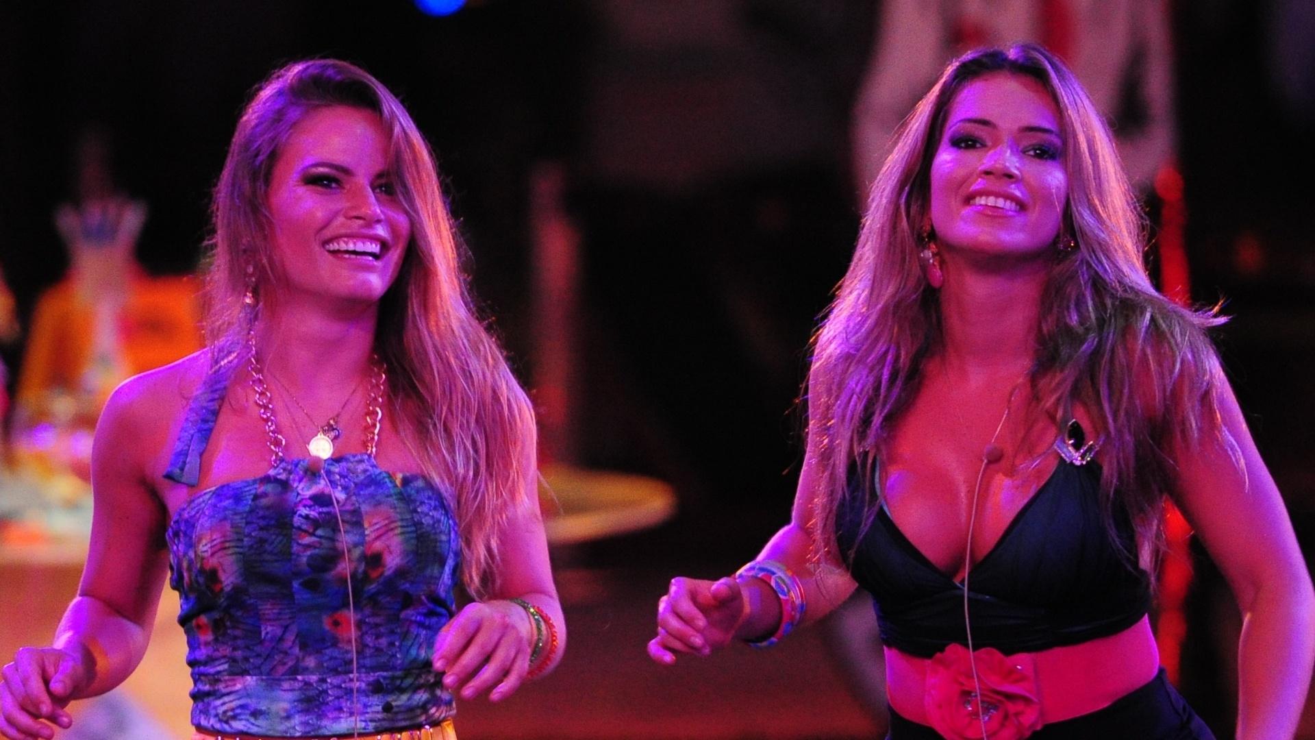 13.mar.2013 - Natália e Fani dançam ao som de Sorriso Maroto na festa Malandra