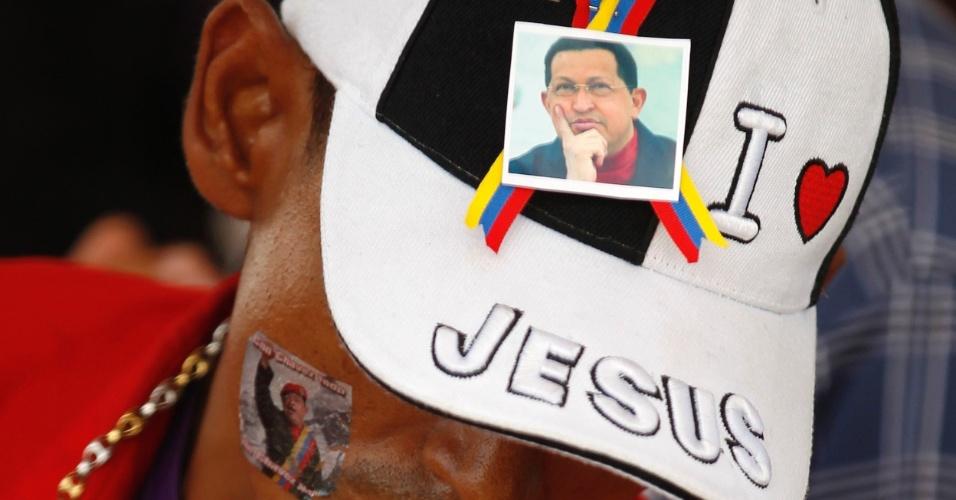 14.mar.2013 - Homem espera na fila para ver o corpo de Hugo Chávez na Academia Militar, em Caracas, na Venezuela. O líder morreu no dia 5 de março, aos 58 anos, vítima de um câncer na região pélvica
