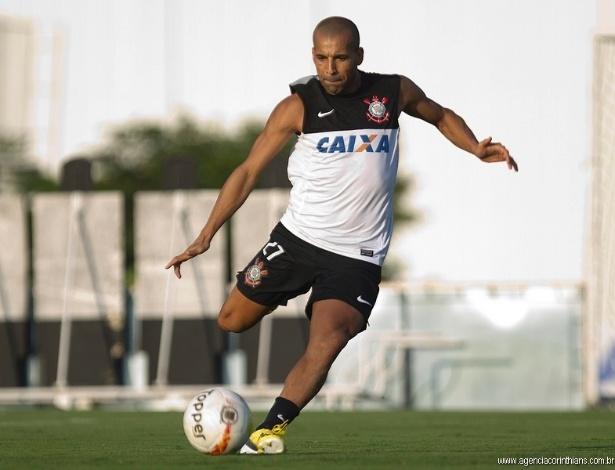 15.03.2013 - Emerson, atacante do Corinthians, arrisca um chute em um treinamento no CT Joaquim Grava