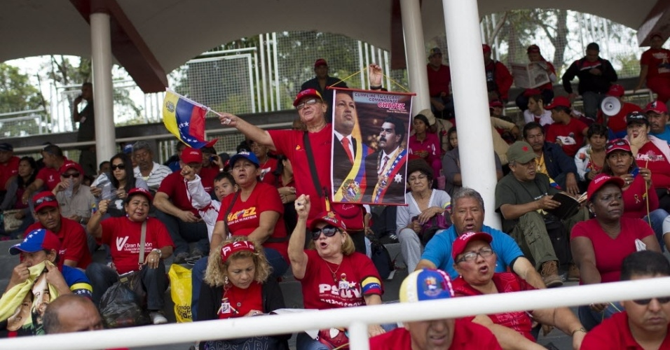 15.mar.20123 - Público se concentra nas arquibancadas montadas no Paseo de Los Próceres, em Caracas, na Veneuela, para assistir à transferência do caixão de Hugo Chávez - o cortejo até um museu militar vai percorrer mais de 18 quilômetros na capital venezuelana