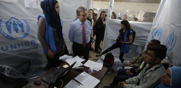 15.mar.2013 - Antonio Guterres (centro), alto comissário para refugiados da ONU, encontra-se com refugiados na Líbia