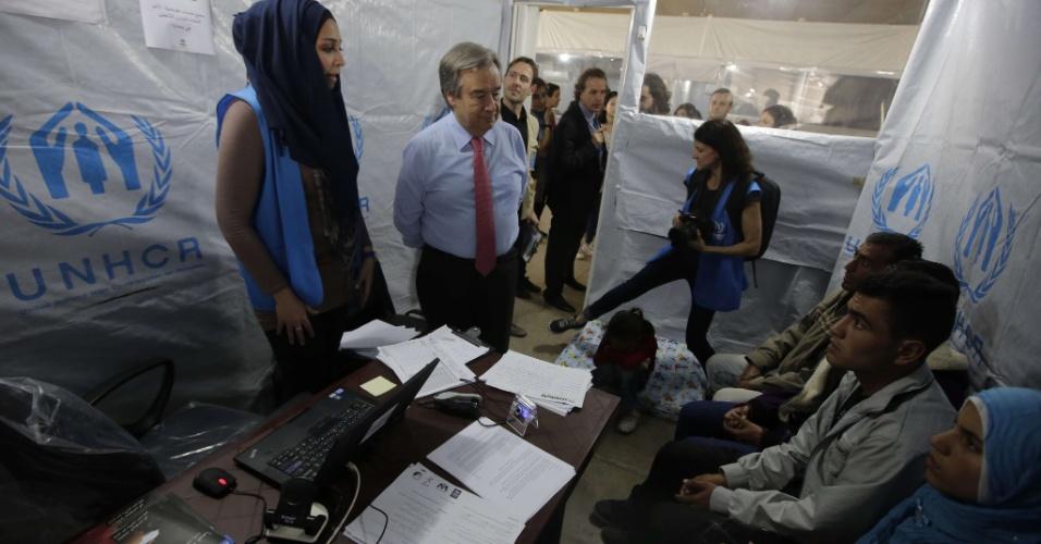 15.mar.2013 - Antonio Guterres (centro), alto comissário para refugiados da ONU (Organização das Nações Unidas), encontra-se com sírios em um centro de registro para refugiadas do órgão em Trípoli, capital da Líbia. Guterres afirma que o número de refugiados sírios pode chegar ao triplo do registrado atualmente se o conflito não for resolvido no país