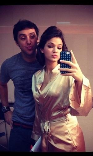15.mar.2013 - Bruna Marquezine faz biquinho ao lado de maquiador