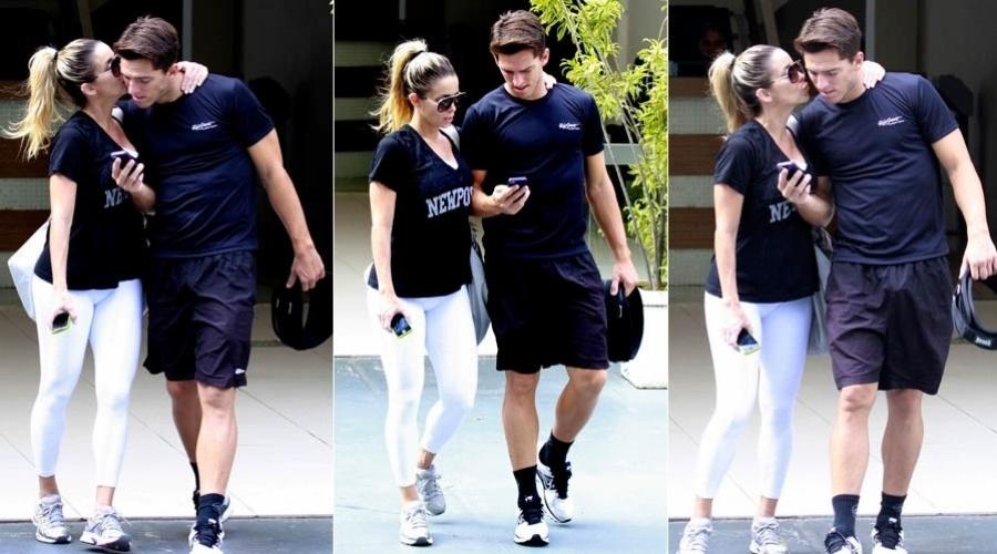 15.mar.2013 - Danielle Winits beija o namorado ao sair da academia