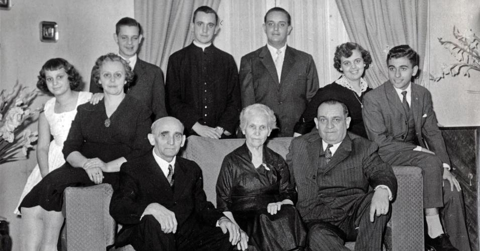 15.mar.2013 - De batina atrás do sofá, Jorge Bergoglio (centro), que se tornaria o papa Francisco, posa para esta foto de família registrada durante sua juventude em Buenos Aires. Sua irmã Maria Helena está à esquerda, ao lado de sua mãe, Regina Sivori. Sentados no sofá, da esquerda para a direita, estão o avô do papa, Juan Bergoglio, a avó Maria, e o pai do papa, Mario