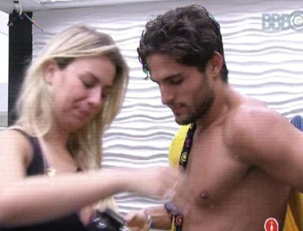 15.mar.2013 - Depois de 18h e 26 minutos de prova de resistência, André saiu vitorioso e se refrescou em um banho quente.