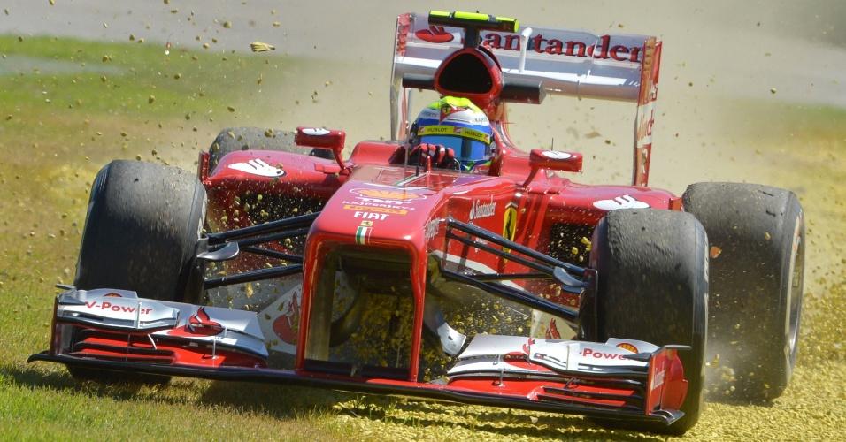 15.mar.2013 - Felipe Massa passeou pela grama com sua Ferrari durante o primeiro treino livre para o GP da Austrália
