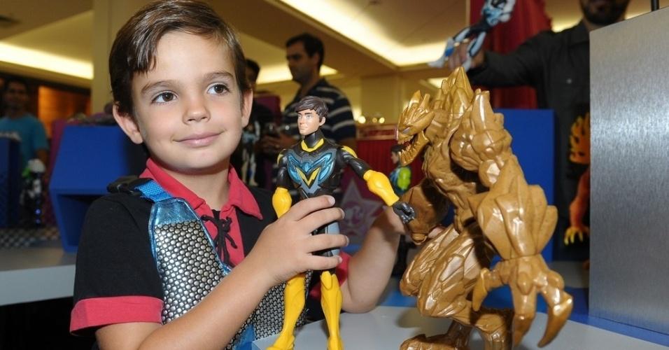 15.mar.2013 - Filho de Faustão brinca com bonecos de evento em São Paulo
