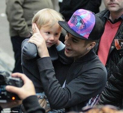 15.mar.2013 - Justin Bieber mostra foto ao lado do irmão Jaxon