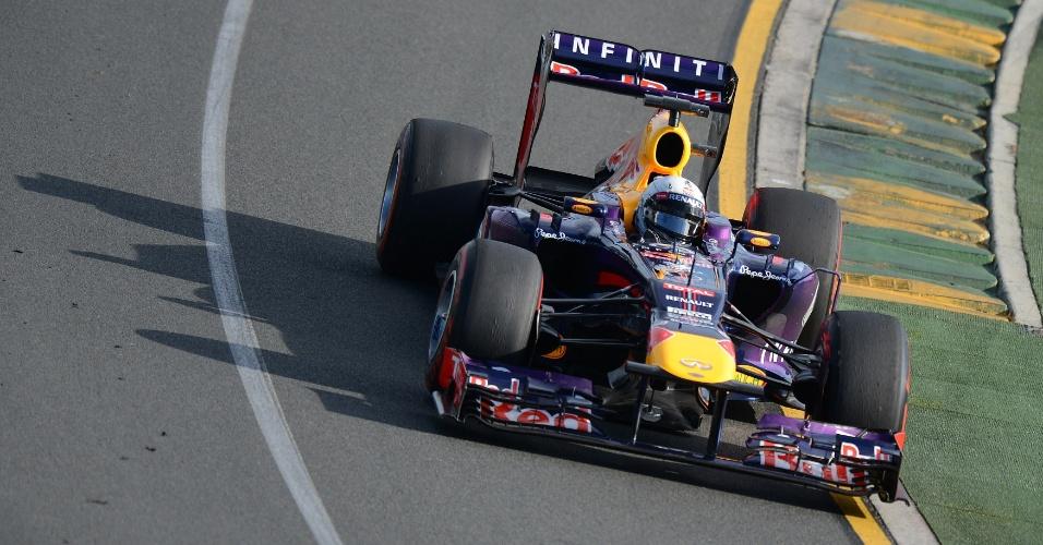 15.mar.2013 - Sebastian Vettel contorna uma das curvas do circuito de Albert Park durante os treinos livres