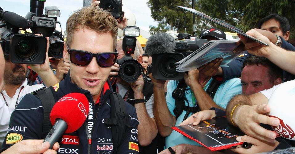 15.mar.2013 - Sebastian Vettel, da Red Bull, atende à imprensa e distribui autógrafos na chegada para os treinos do GP da Austrália, neste sábado