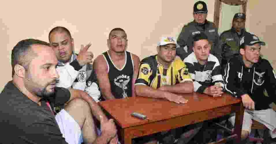 15.mar.2013 - Torcedores presos do Corinthians na Bolívia dão entrevista à AFP no presídio em Oruro - Aizar Raldes/AFP