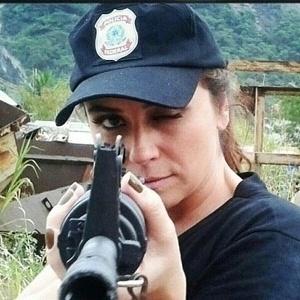 26.fev.2013 - Giovanna Antonelli divulgou uma imagem onde aparece segurando uma arma. A atriz está fazendo treinamento militar para sua personagem, a agente da Polícia Federal, Helô