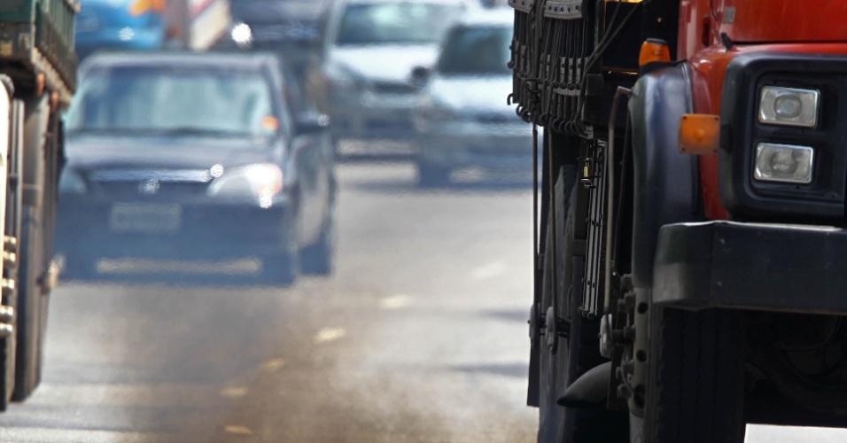 A meta de reduzir 30% das emissões de gás de efeito estufa na capital paulista entre 2003 e 2012, conforme determina lei, não foi cumprida pelo município. Em 2011, o número chegou a 16,430 milhões de toneladas de CO2e. O relatório mostra que a grande maioria dos gases (81,9%) são gerados pela queima de combustível e pelo gases que escapam da rede de gás natural. Esses itens compõem a categoria 'energia' do inventário. Cerca de 60% do item queima de combustível, por sua vez, está relacionada ao sistema de transporte