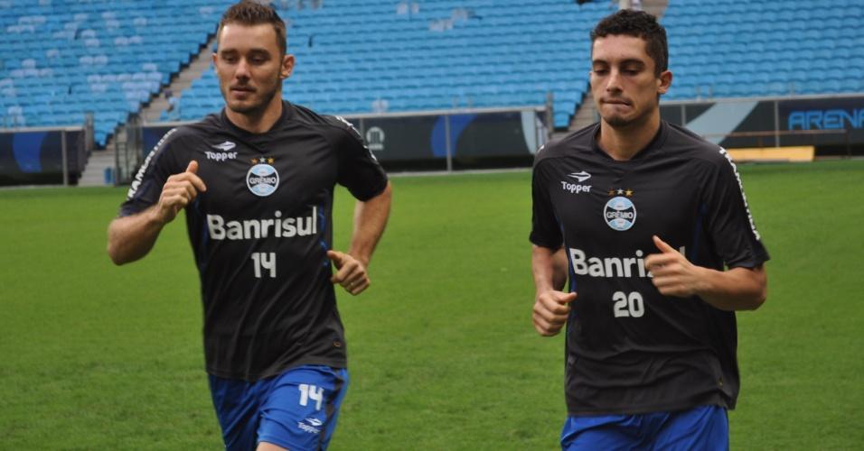 Fábio Aurélio (e) e Alex Telles (d) correm em treino físico do Grêmio na Arena (15/03/2013)