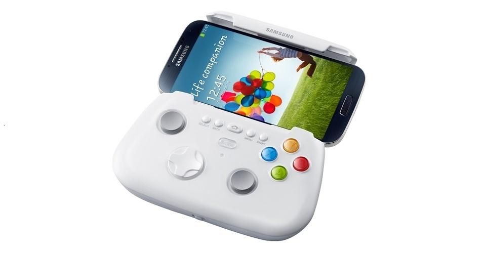 Junto com o Galaxy S4, a Samsung apresentou um acessório que facilita a vida de quem joga no smartphone. Chamado de Game Pad, o aparelho suporta dispositivos com tela entre 4 e 6,3 polegadas. A conexão entre o smartphone e o gadget se dá por meio de conexão NFC