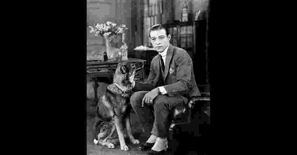 """Rodolfo Valentino, o primeiro """"latin lover"""" (amante latino), encarna a elegância dos anos 1920 com lapelas bem largas, uso do colete, camisa com colarinho arredondado, lenço no bolso do paletó, barra das calças com dobra, conhecida como """"barra italiana"""" e uso de polainas, que iam sobre os sapatos - Divulgação"""