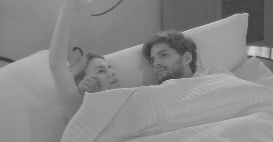 15.mar.2013 - Fernanda insiste em saber o que chateou André na festa Malandra