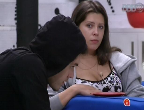 15.mar.2013 - Sem conseguir dormir, Nasser e Andressa fazem lanche durante a madrugada