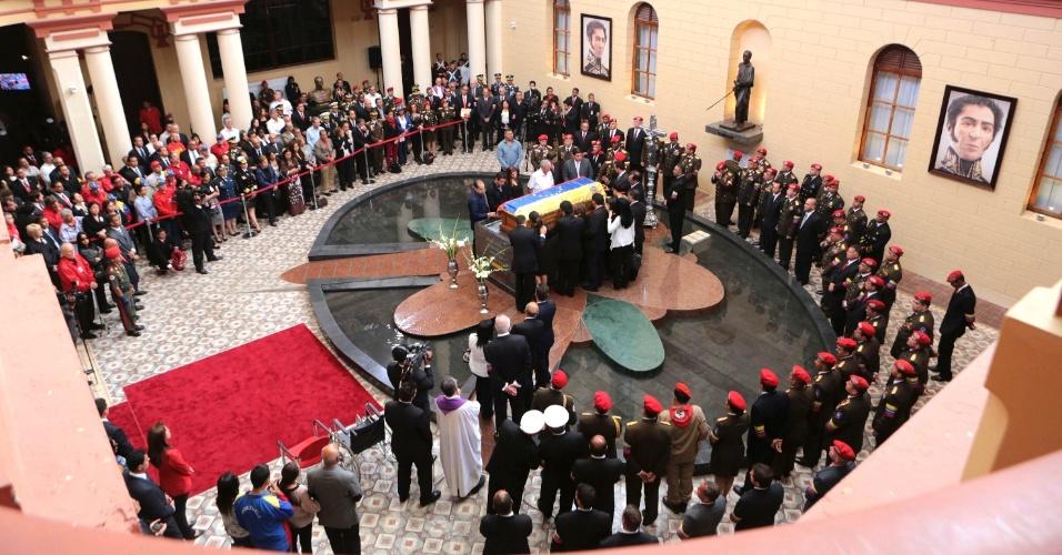 15.março.2013 - Familiares e pessoas próximas prestam homenagem ao caixão de Hugo Chávez, nesta sexta-feira (15), no Museu Militar, na periferia de Caracas