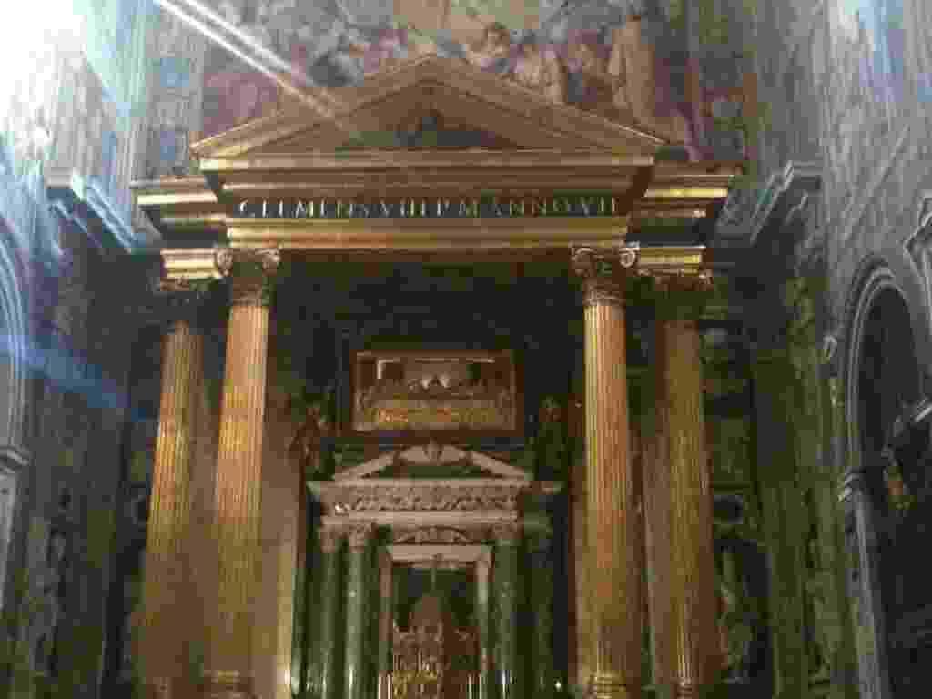 16.mar.2013 -  A Basílica de San Giovanni, localizada no sudeste de Roma (Itália), foi construída durante o império de Constantino, que autorizou a prática, até então proibida, do cristianismo. O local foi erguido no século 4 antes da Basílica de São Pedro - Patrícia Araujo/UOL