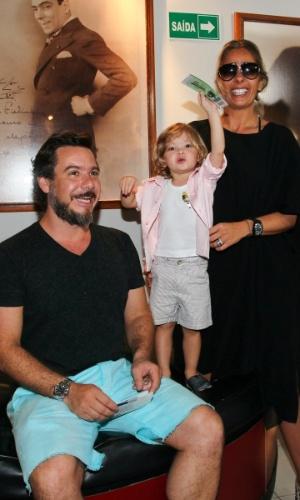 16.mar.2013 - Adriane Galisteu e o marido, Alxendre Iódice, levam Vittorio para assitir o espetáculo infantil ?Galinha Pintadinha ? Cadê Popó??, em São Paulo