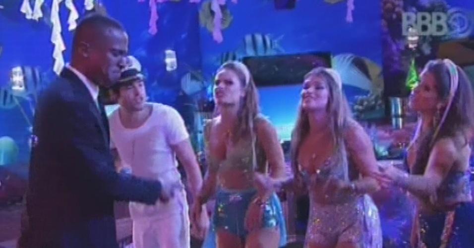16.mar.2013 - Alexandre Pires canta com o Só Pra Contraria na festa Fundo do Mar