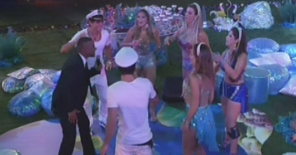 16.mar.2013 - Alexandre Pires desce do palco e canta com brothers na pista de dança