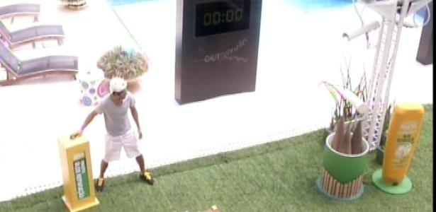16.mar.2013 - André é o primeiro a enfrentar a prova de agilidade que vale R$ 20 mil e um ano grátis de cosméticos neste sábado