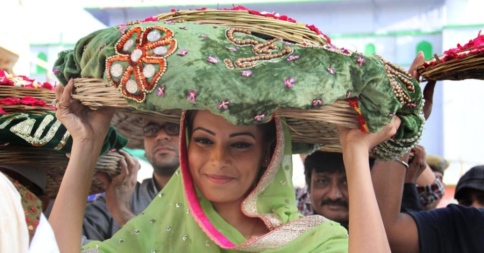 16.mar.2013 - Atriz de Bollywood Bipasha Basu visita santuário em Ajmer, na Índia