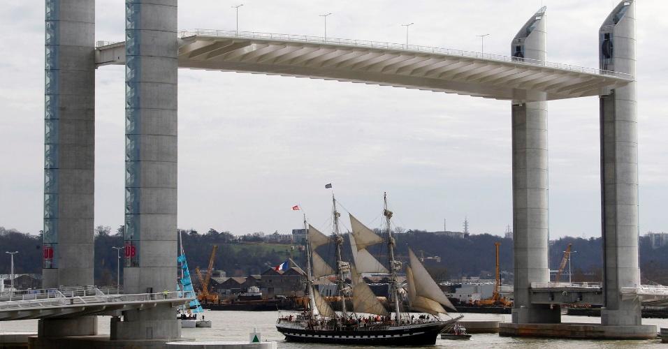 """16.mar.2013 - Barco desfila durante a inauguração de uma nova ponte, chamada """"Jacques Chaban Delmas"""", no rio Garonne, em Bordeaux, sudoeste da França. A ponte elevada é uma das maiores da Europa"""