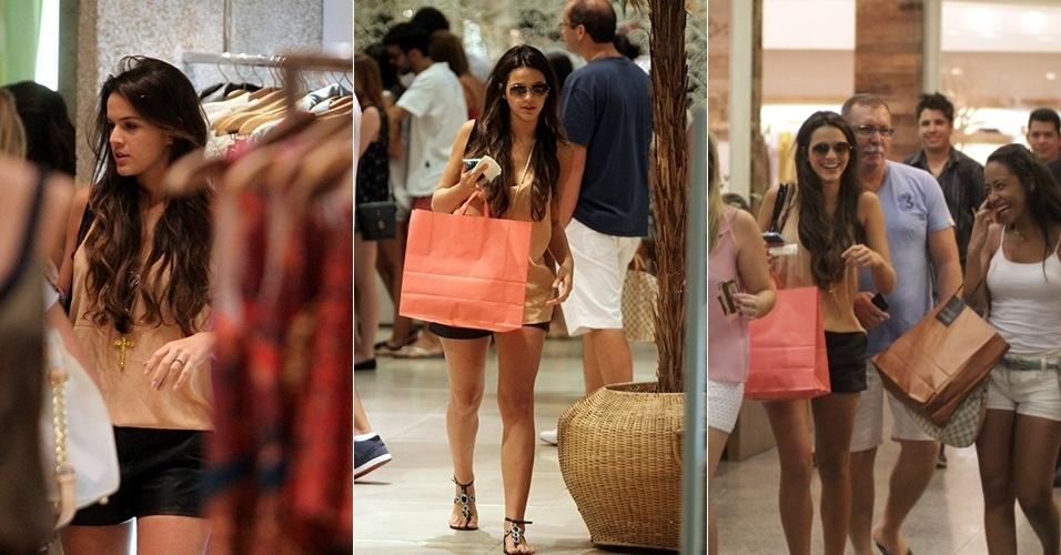 16.mar.2013 - Bruna Marquezine faz compras com as amigas em shopping da Barra