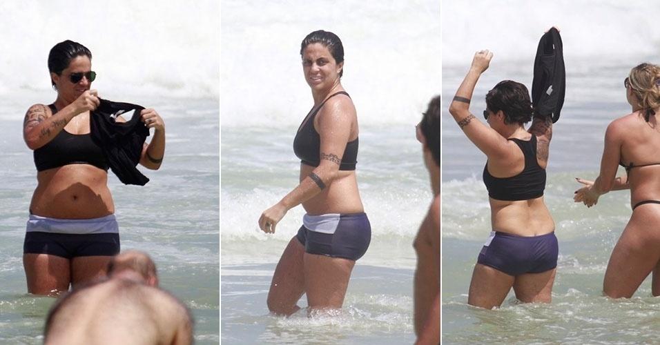 16.mar.2013 - De top e shortinho, Thammy toma banho de mar em praia da Barra da Tijuca, no Rio