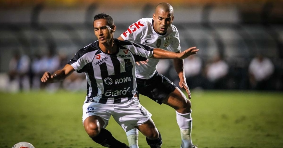 16.mar.2013 - Émerson Sheik disputa a bola na partida entre Corinthians e União Barbarense pelo Campeonato Paulista