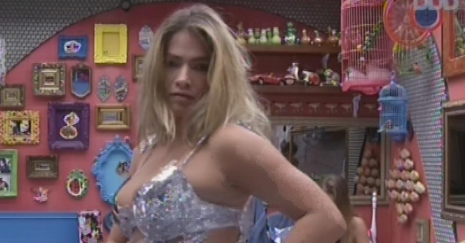 16.mar.2013 - Fani coloca roupa de sereia para a festa deste sábado
