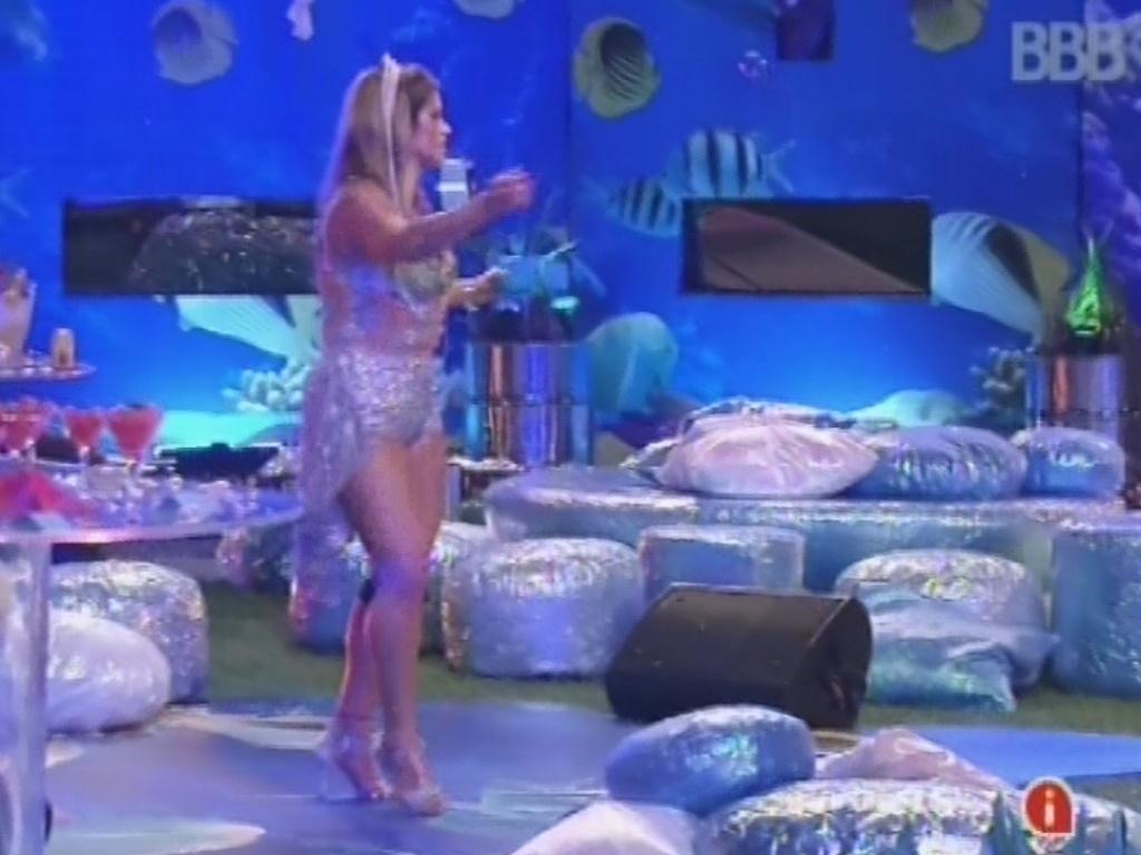16.mar.2013 - Fani dança sozinha na pista de dança na festa Fundo do Mar