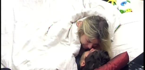 16.mar.2013 - Fernanda não deixa André dormir e fica beijando e falando com seu