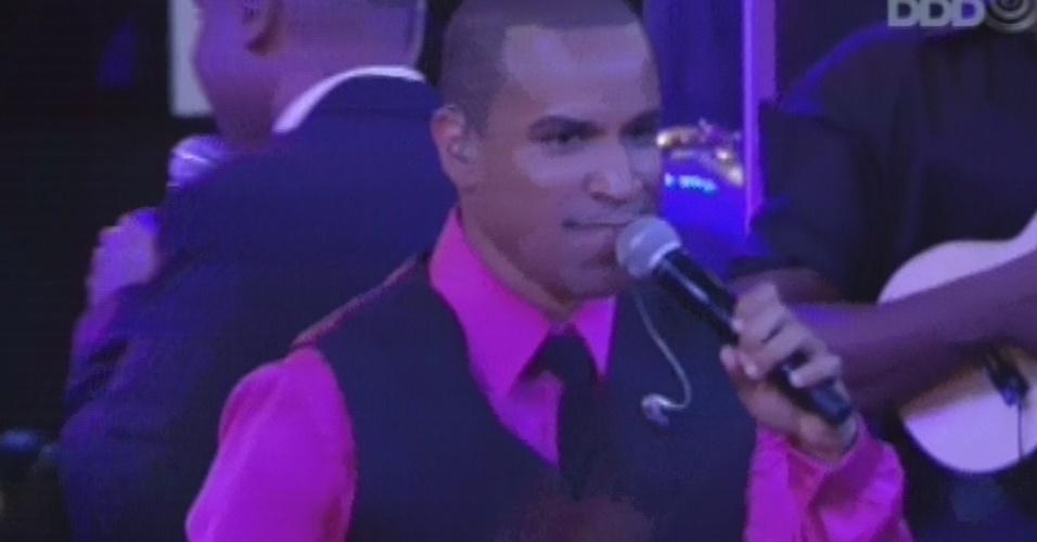 16.mar.2013 - Fernando Pires assume palco so Só Pra Contrariar e diz aos brothers que este é o primeiro reencontro do grupo