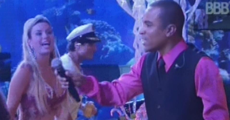 """16.mar.2013 - Fernando Pires canta a música """"Minha Fantasia"""" em frente aos brothers e dá microfone para eles cantarem"""