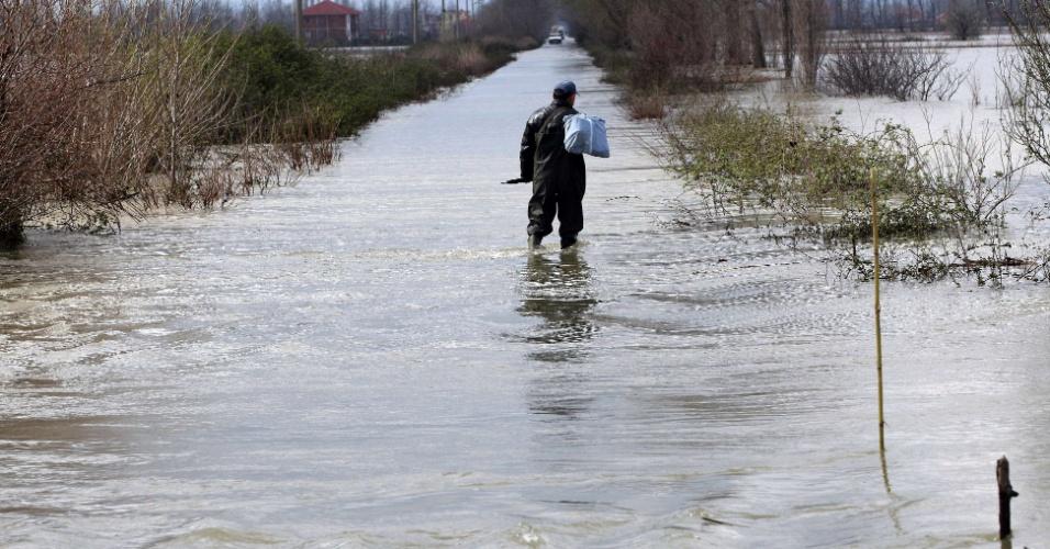 16.mar.2013 - Homem caminha pela água perto da aldeia de Dajc. Inundações bloquearam estradas, derrubaram uma ponte e forçaram dezenas de moradores a deixarem suas casas na Albânia