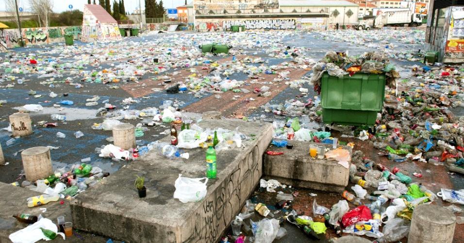 16.mar.2013 - Lixo cobre região de Granada (sul da Espanha) conhecida por ser ponto de encontro para o 'botellón' --costume de jovens se reunirem para beber